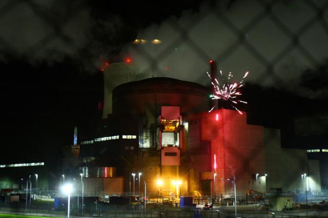 Des militants de Greenpeace tirent un feu d'artifice depuis une centrale nucléaire