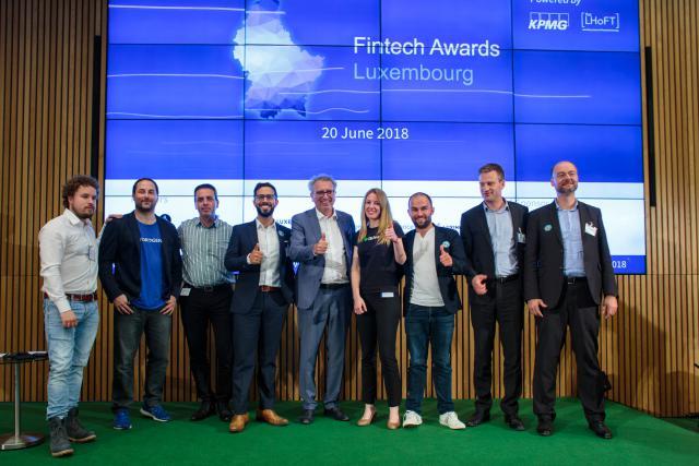 Les huit finalistes entourent le ministre des Finances, Pierre Gramegna.
