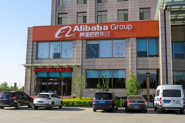 Alibaba vient d'ouvrir un concept store, en partenariat avec la marque Guess au sein de la Hong Kong Polytechnic University.
