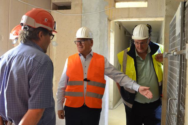 Le ministre du travail Nicolas Schmit et le directeur de l'ITM Marco Boly ont visité le chantier de Costantini à Bertrange mardi.