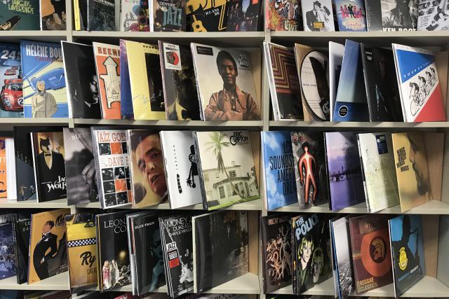 Sur les étagères, les BD ont fait place à une sélection de disques vinyle.