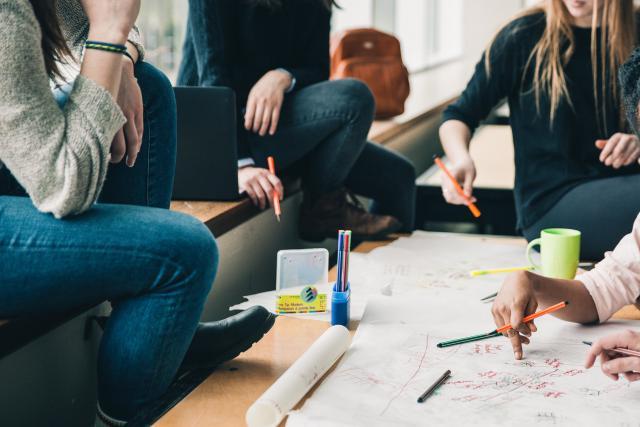 La conception de nouveaux BTS est une initiative des lycées, mais une accréditation du ministère de l'Éducation est nécessaire pour leur mise en place.