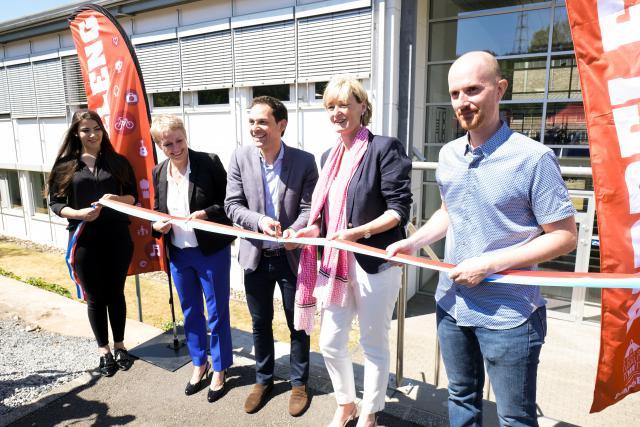 L'Innovation hub de Dudelange a été officiellement inauguré samedi, en présence du maire de la Ville, Dan Biancalana (centre), de la secrétaire d'État Francine Closener (droite), de la CEO de Luxinnovation, Sacha Baillie (gauche), et du CEO du Technoport, Diego De Biasio (droite).