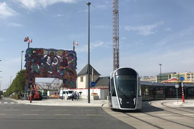 Le tram passe au plus près de la Schueberfouer cette année.