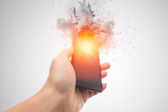 Des défauts de fabrication sont à l'origine de la plupart de ces incendies. Ils se produisent lorsque le lithium, qui est un liquide, parvient à s'échapper de son compartiment.