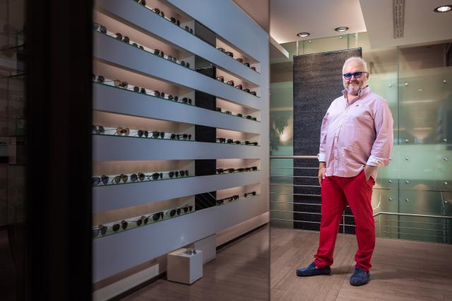 Maurice Léonard devant «son» rayon chez un opticien de Luxembourg-ville.