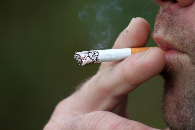 L'interdiction de fumer en terrasse des restaurants sera débattue à la Chambre.