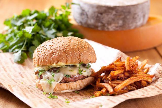 La chaine Big Fernand propose un «hamburgé» à la française, avec un pain «frais et chaud», de la viande d'origine française et des frites et des sauces «maison».