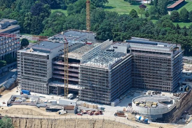 Plus de 30.000m2 hors-sol et 45.000m2 de sous-sol sont actuellement en construction.