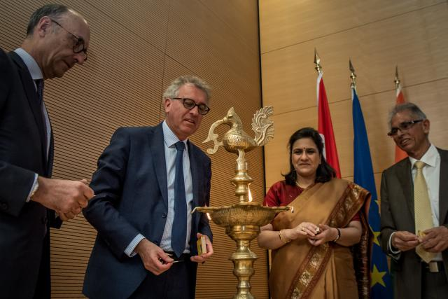 Michel Wurth (président de la Chambre de commerce), Pierre Gramegna (ministre des Finances), Gaitri Issar Kumar (ambassadrice d'Inde en Belgique et au Luxembourg) et Sudhir Kumar Kohli (président de l'IBCL) ont allumé une flamme, synonyme de relations qui durent depuis 70 ans.