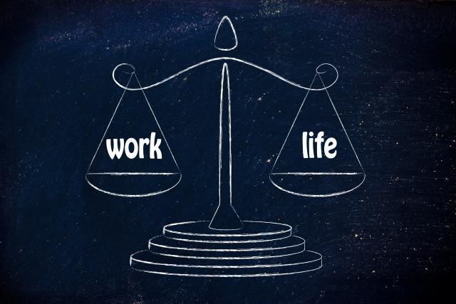 La campagne publicitaire de Samsung présente deux produits imaginaires censés aider les travailleurs à restaurer cet équilibre: Balance Mouse et Balance Clock.
