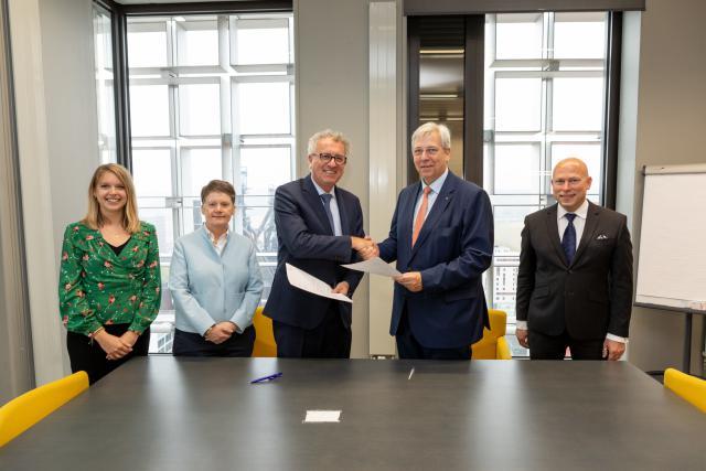Pierre Gramegna a signé une lettre d'intention avec les responsables de l'Uni pour promouvoir la finance durable.