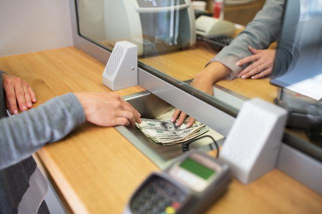 L'ULC conteste notamment le fait que les banques demandent une attestation écrite certifiant la provenance de l'argent, même pour les petits montants.