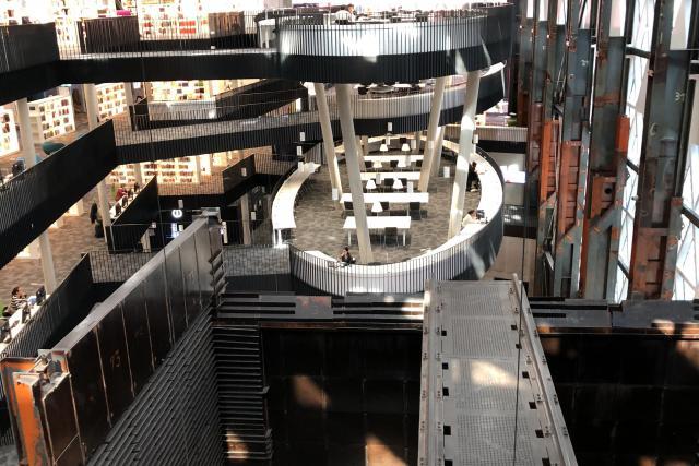 Le Learning Centre, à l'architecture exceptionnelle, s'articule autour de différents espaces de travail.