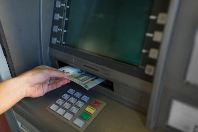 La reconnaissance faciale permet de retirer de l'argent sans avoir à taper son code au préalable. Toutefois, plusieurs mesures de sécurité sont à appliquer.