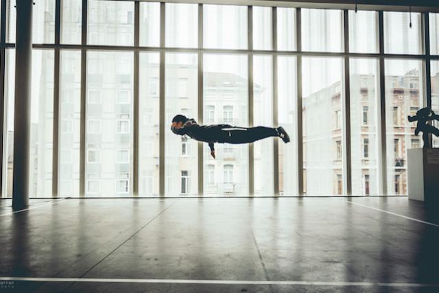 «Dress Code», de Julien Carlier, se focalise sur la manière dont la pratique du breakdance marque les corps des danseurs.