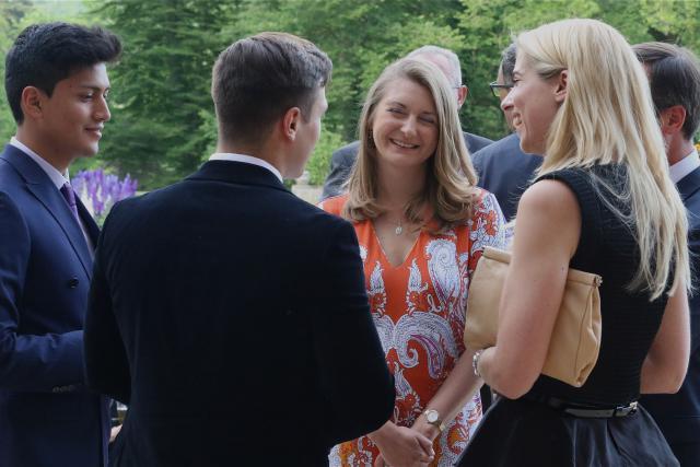 Son Altesse royale la Grande-Duchesse héritière avec Madame Stéphanie Damgé, directrice de l'association Jonk Entrepreneuren Luxembourg.