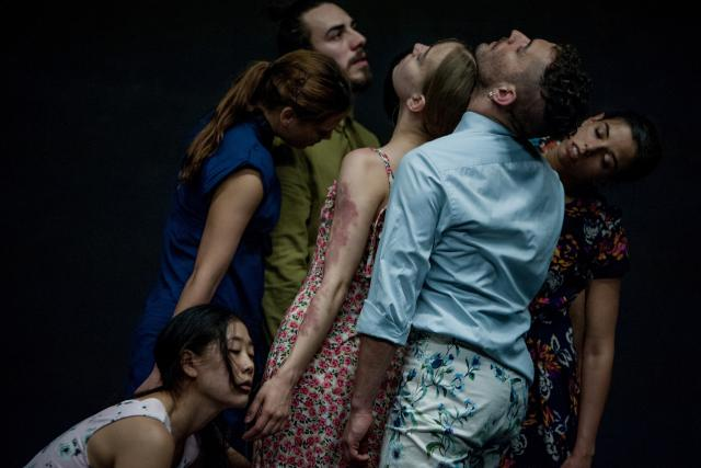Sept danseurs explorent l'individualité au sein du groupe tout comme leur incapacité à s'en détacher.