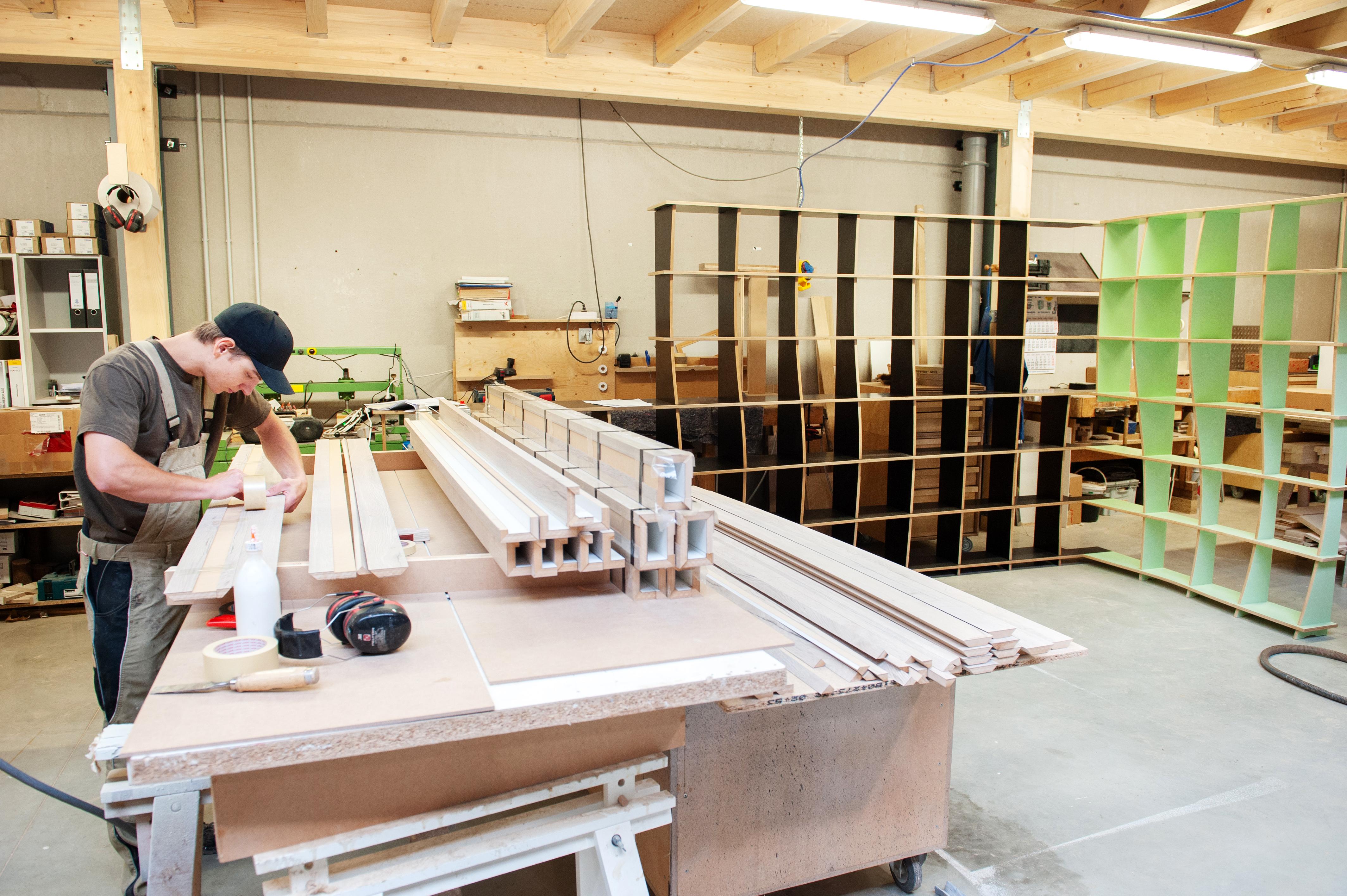 Sur les douze salariés que compte la menuiserie, sept sont allemands. (Photo: Lala La Photo)