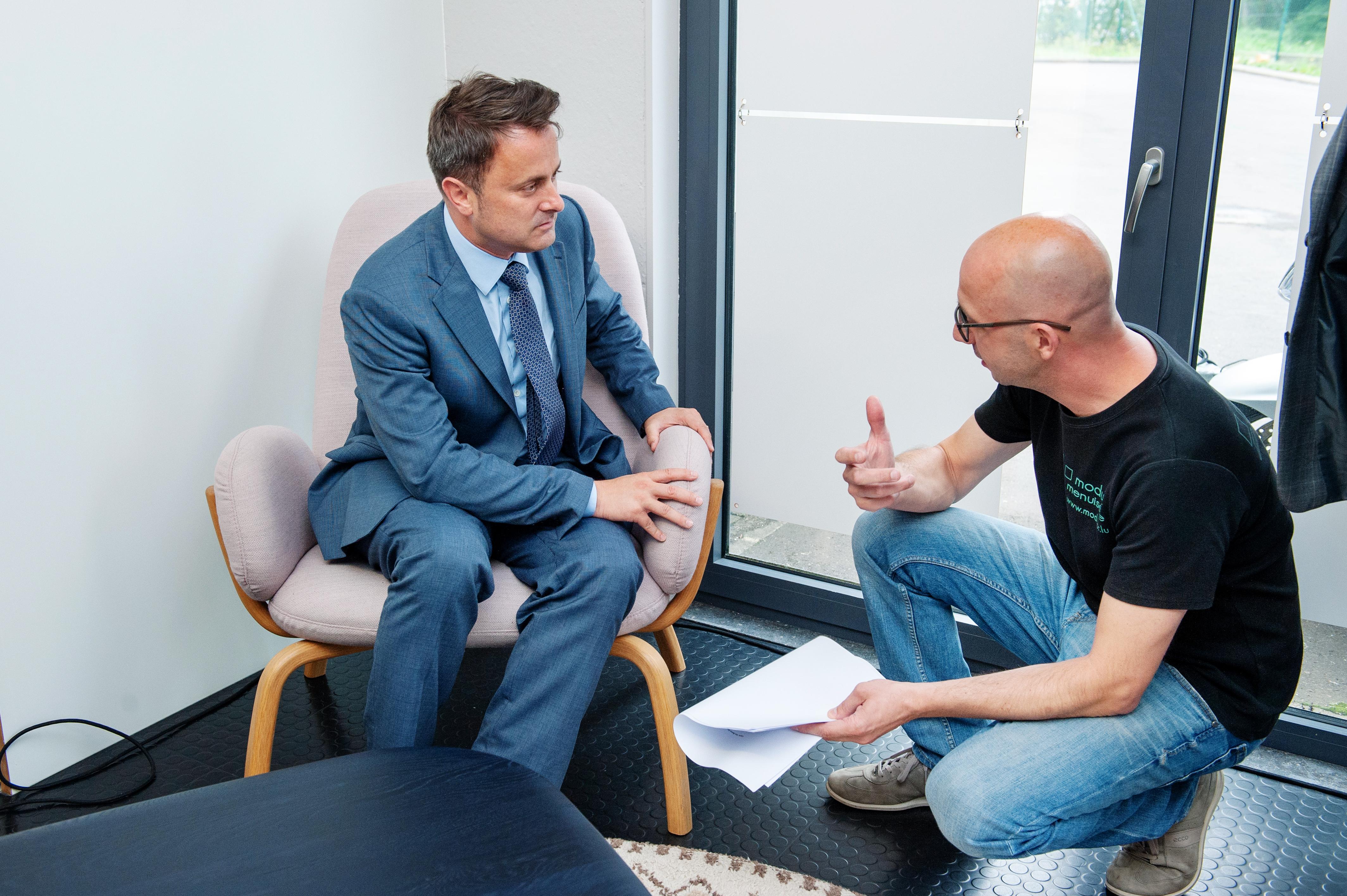 Xavier Bettel a notamment testé un fauteuil réalisé par la Menuiserie Modulor (Photo: Lala La Photo)